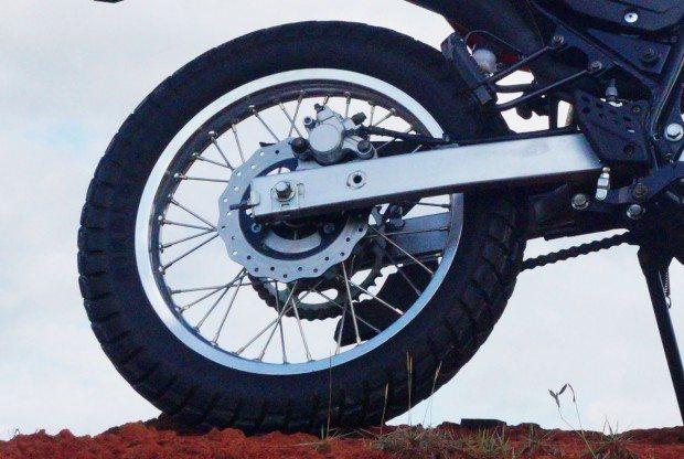 Freio traseiro tem pinça deslizante de um pistão - A suspensão traseira é monoamortecida com link para maior progressividade