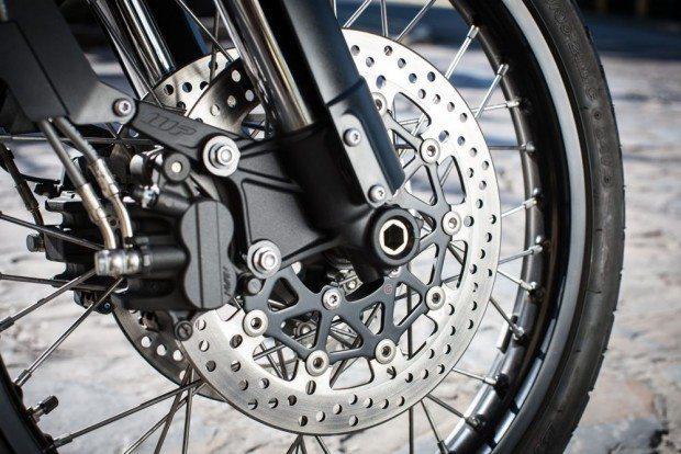 Rodas raiadas e pneus com câmaras são mais apropriadas ao uso na terra