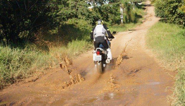 A suspensão, na terra não permite muito conforto, mas absorve bem os impactos, sem perder a estabilidade