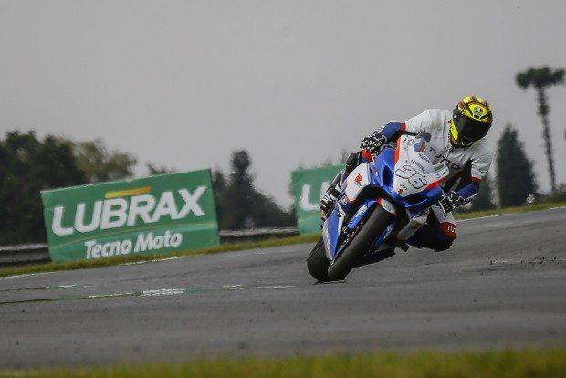 O paranaense Rafa Nunes, com a Suzuki número 36, é líder da categoria GP Light - foto: Rodrigo Ruiz