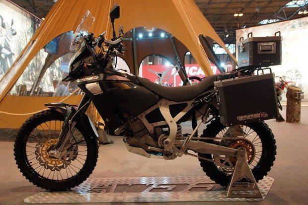 CCM GP 450 pretende preencher a lacuna para motos de aventura que seja leve e resistente, como as motos de competição do Dacar