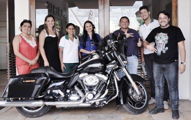 Ricardo Quinderé (3º da direita para a esquerda), junto com equipe do Moto Vida, projeto que abrirá o evento de 2016, Unimed e Secretaria de Cultura de Iguatu