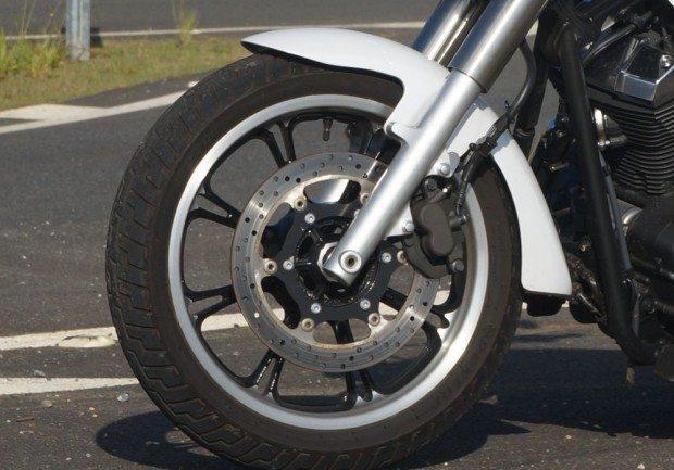 O disco grande e único na dianteira freia por intermédio da pinça deslizante de dois pistões