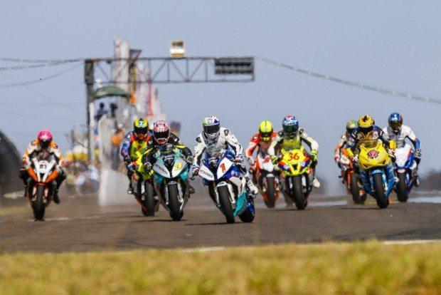 Largada do GP Campo Grande para os pilotos da GP 1000, principal categoria do Brasileiro de Motovelocidade