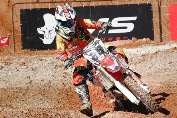 Stefany Serrão defende o título nacional de motocross da MXF - foto: Café Fotos