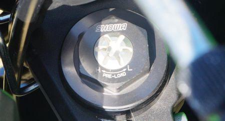 Ajuste da pré-carga da mola dianteira é feita na bengala esquerda