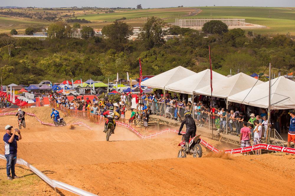 Cerca de 15 mil pessoas prestigiaram o Brasileiro de Motocross Pró em Indaiatuba - foto: Thyago Lorentz