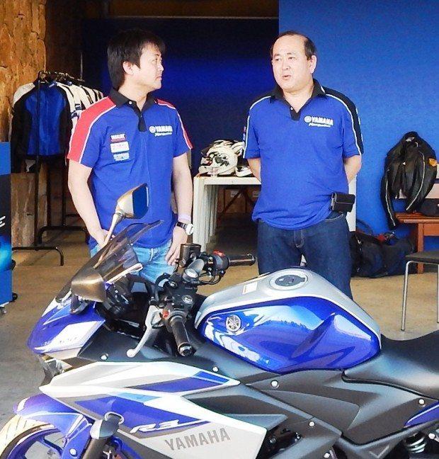 Hayakawa (dir), presidente da Yamaha, conversa com seu staff: confiança na recuperação do mercado, planos mantidos e vem aí a Copa Yamaha R3