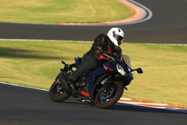 Equilíbrio da moto em acelerações e frenagens é o destaque