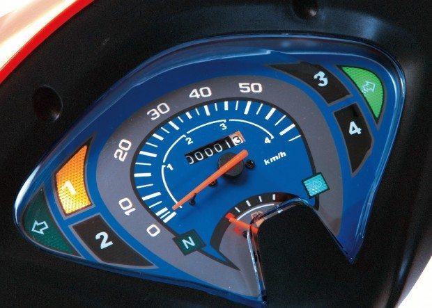 O painel, além do velocímetro possui indicador de marchas  digital, hodômetro e marcador de combustível, indicadores de luz alta e neutro