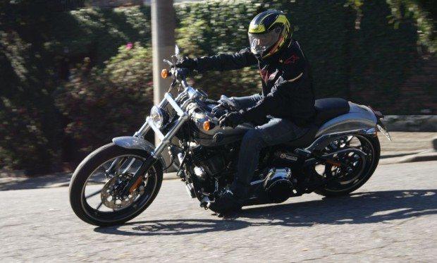 """A Breakout, com o guidão estilo """"drag bar"""" tem uma largura menor, se comparada a outras Harleys"""