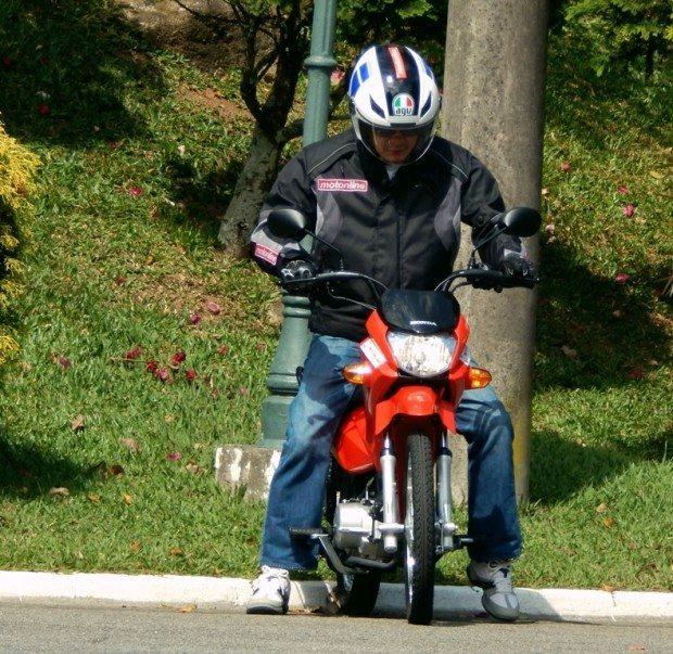 Engates do câmbio diferentes do padrão para motocicletas, exige alguma atenção no início até que se acostume