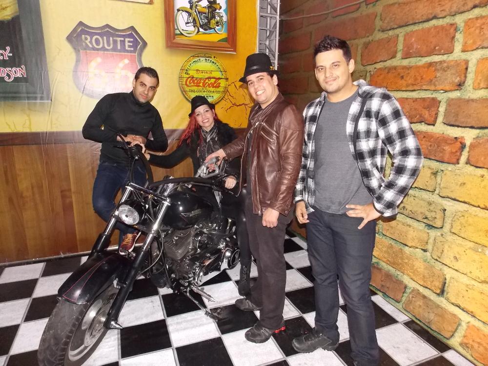 A banda Faixa Etária se apresenta na noite de sábado em São Pedro da Aldeia - divulgação