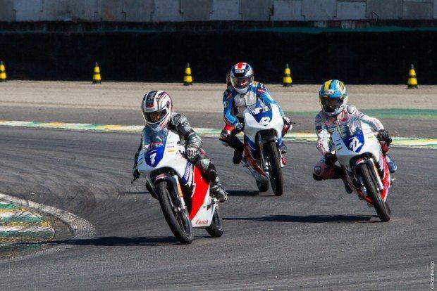 Pilotos aceleram no autódromo de Interlagos em SP - foto: Adilson Silva