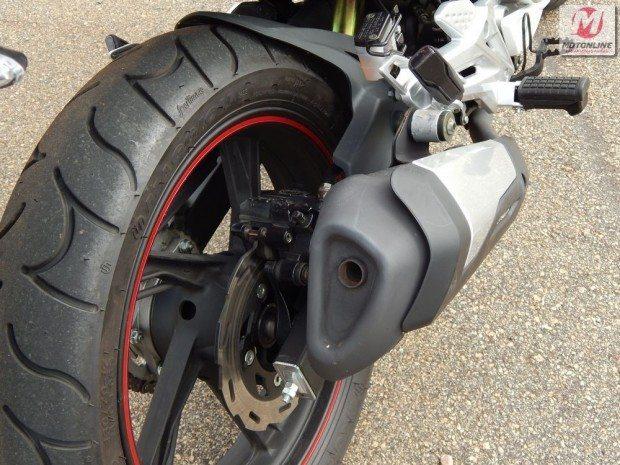 Um problema no pneu deixou a traseira muito instável, que vibrava quando passávamos em buracos ou a velocidade maiores; escapamento cônico valoriza a esportividade da moto, assim como o freio traseiro à disco