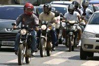 Os motociclistas devem olhar para quem está atrás e também se aterem naqueles que estão à sua frente, afinal, no trânsito somos uma equipe, ou deveríamos ser
