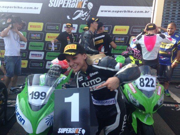 Indi Munoz, de Brasilia garantiu a vitória na Copa Kawasaki Ninja 300 em Londrina - divulgação