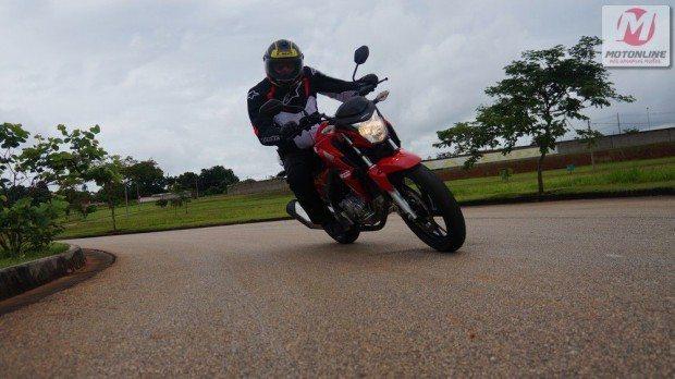 Todo motociclista sabe como é bom encarar curvas em estradas. Mas é preciso contornar cada uma com responsabilidade. Neste vídeo de pilotagem de moto, compreendemos os três momentos de uma curva: entrada, cabeça e saída