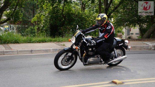 Uma clássica com qualidades atuais, a Thruxton é uma moto diferente e chama muita atenção por onde passa