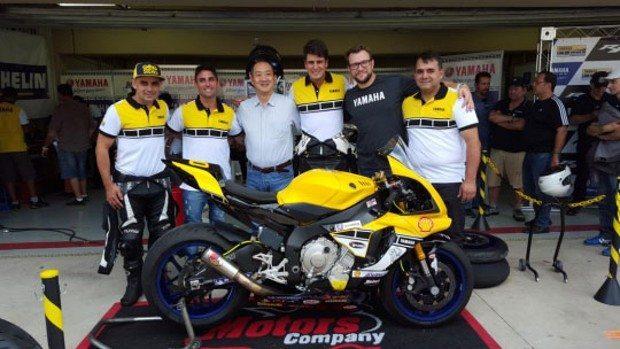 Yamaha Racing Team com o presidente da Yamaha do Brasil, Itaru Otani (centro) e o diretor comercial da Yamaha do Brasil, Márcio Hegenberg (de cinza), nos boxes de Interlagos neste domingo (31/01)
