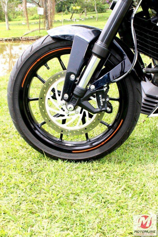 Os freios a disco da Bybre são mais que suficientes para parar os 129,5 kg
