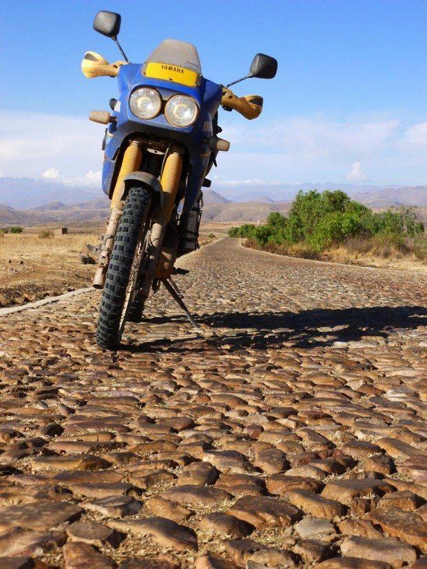 Estrada com mais de 100 km desse piso de pedras redondas