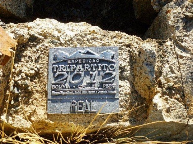 12 placas iguais a essa foram afixadas em diversos lugares durante a viagem