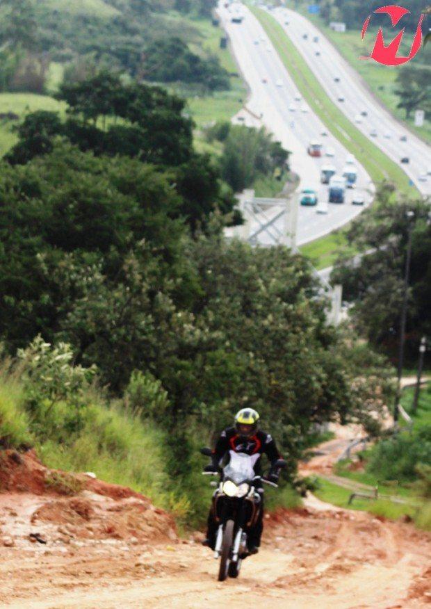No asfalto ou na terra, escolha o caminho e vá sem medo; a Ténéré enfrenta qualquer terreno com tranquilidade