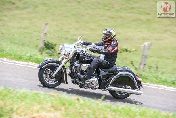 Moto confortável, com boa posição de pilotagem, quase ausência de vibrações e leve como poucas na categoria