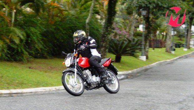 A CG 125i continua cumprindo bem seu papel de primeira moto; ágil, leve e confortável
