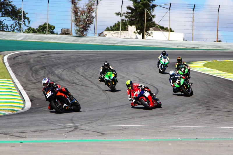 Pilotos acelerando no S do Senna na categoria SuperBike Pro (Thiago Capodanno - VGCOM)