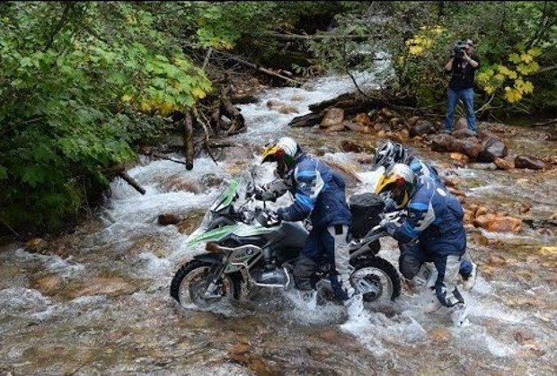 provas de aptidão e agilidade sobre motocicletas enduro da marca e habilidades individuais e em grupo