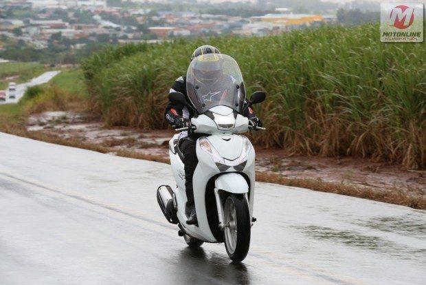 Para o Honda SH 300i não há tempo feio, para fugir do trânsito ele tem boa proteção e muitos atrativos que facilitam o uso diário