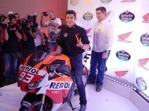 Com a moto promocional, assinatura no tanque para deixar a moto no museu da Honda