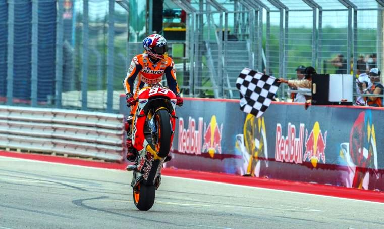 Marc Márquez empina motocicleta após receber a bandeirada