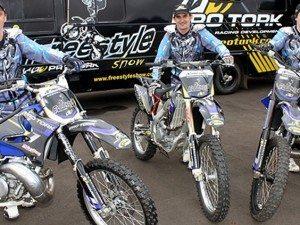 Equipe de motocross freestyle é formada por Elton Becker, Pablo Ristow e Leofácil Baptista