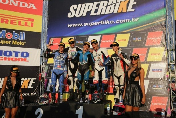 Pódio da categoria CBR 500R, com discípulo de Alex Barros no ponto mais alto