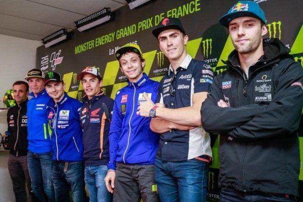 Pilotos se apresentando na quinta etapa da MotoGP, em Le Mans