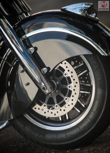 Freios potentes dão conta de todo peso da moto e o ABS evita travamentos, com resposta rápida