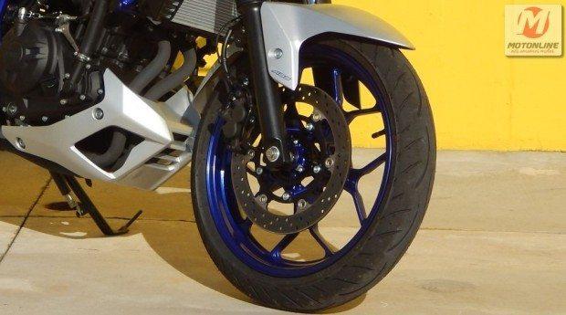 Freio de disco grande e pinça de dois pistões apenas no limite provoca alguma torção no garfo