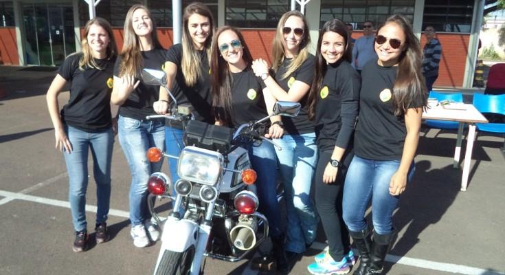 Agentes da Polícia Militar paranaense deram as boas vindas aos motociclistas - foto: Mário Figueredo