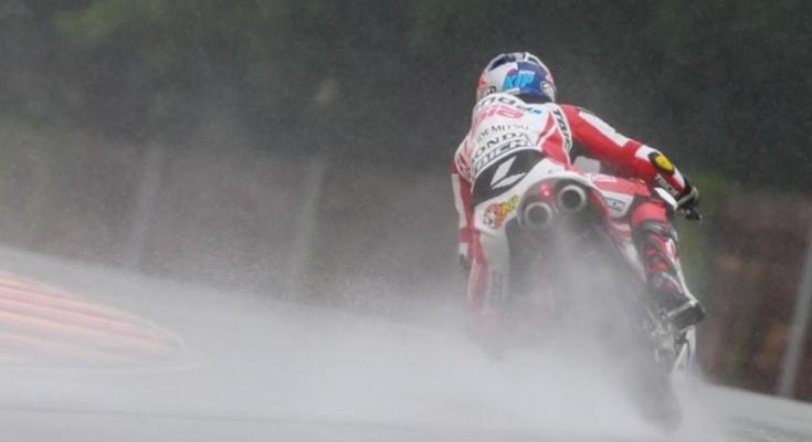 O malaio Pawi mostrou que pista molhada é com ele mesmo