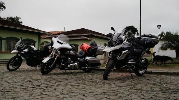 As motos estacionadas no centro da bucólica cidade de Morretes (PR)