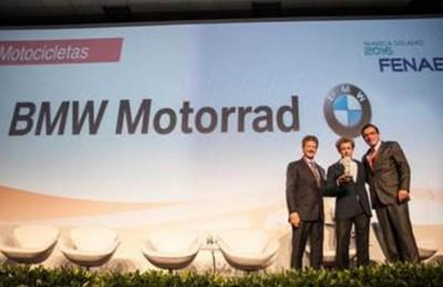 """Federico Alvarez, diretor da BMW Motorrad, recebe premiação """"Marca do Ano"""" em cerimônia realizada em São Paulo, junto a Fabio Ozi, diretor da ABBM, e Alarico Assunção Junior, presidente da Fenabrave. (crédito: equipe Mário Águas)"""