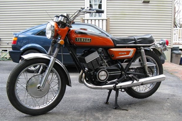 """Freio a tambor em uma Yamaha RD 350 1972, grande responsável pelo apelido de """"viuva negra"""""""