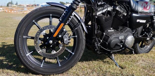 Freio de disco simples na dianteira e traseira são iguais e o ABS é standard