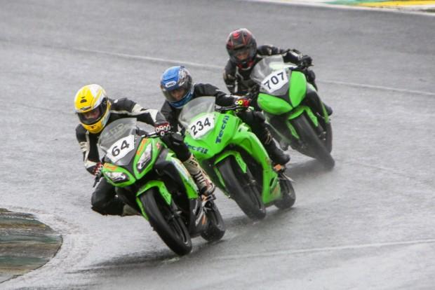 Corrida disputada na Copa Kawasaki Ninja 300, com vitória do equilíbrio de Sandro