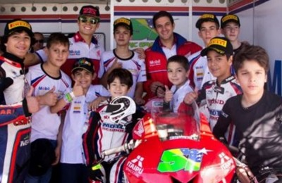 Jovens pilotos da Júnior Cup visitam o box de Eric Granado na 4ª etapa do SuperBike Brasil