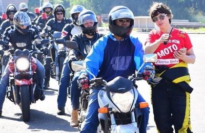 Suzane Carvalho ministra cursos gratuitos de pilotagem no Projeto