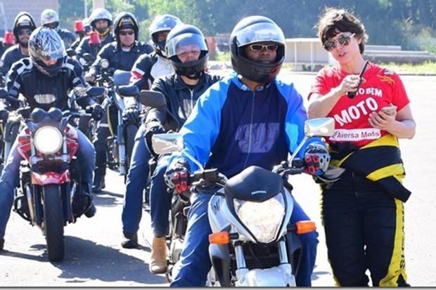 Suzane Carvalho ministra cursos gratuitos de pilotagem no Projeto Pilotar Bem - foto de divulgação
